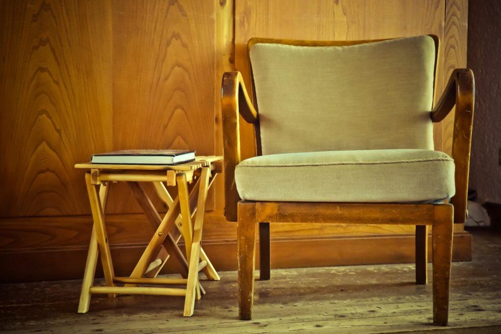 Sommige oude meubels vragen erom om opgeknapt te worden