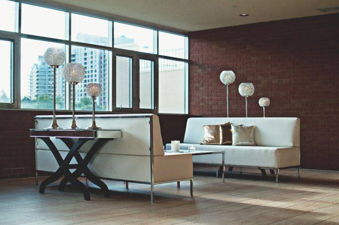 Hoe maak je je woonkamer optisch groter?
